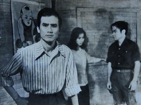 Nghệ sĩ Phạm Bằng (phía trước) và các nghệ sĩ Đoàn Dũng, Bích Thu trong vở Câu chuyện tình yêu (1976).