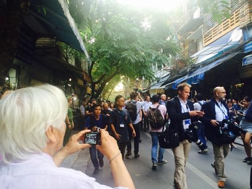 Hoàng tử William đi bộ trên phố Thuốc Bắc. Ảnh: Văn Việt.