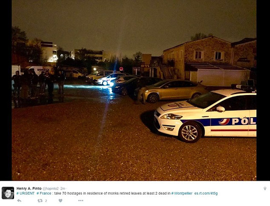 Cảnh sát vũ trang đang lục soát các phòng, truy tìm nghi phạm. Ảnh: DAILY MAIL