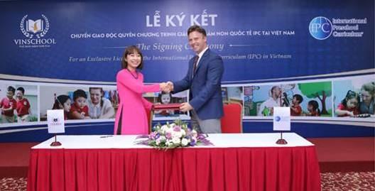 Bà Lê Thị Thu Huyền, Giám đốc khối mầm non Vinschool và ông Peter De Beer, Giám đốc điều hành IPC ký kết chuyển giao độc quyền chương trình tại Việt Nam ngày 3/11/2016.