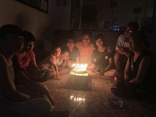 Bé Kiến (Thục Anh) và cu Tít (Gia Bảo) hạnh phúc thổi bánh sinh nhật bên cạnh bố Công Lý.
