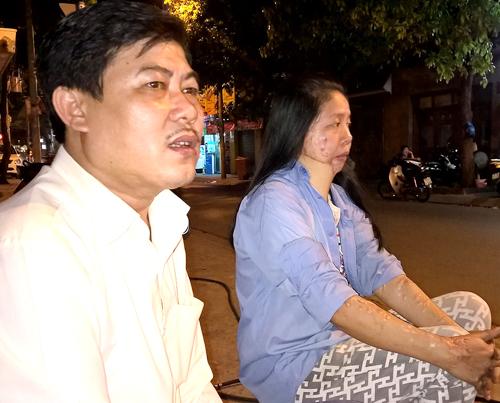 Thương vợ bị nạn, anh Tân luôn động viên và chăm sóc vợ chu đáo. Ảnh: Hải Duyên.