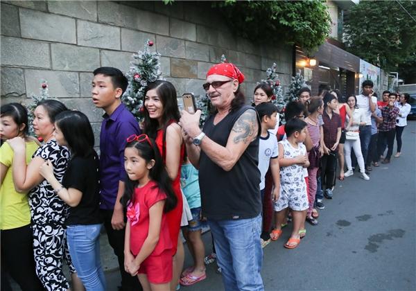 Năm ngoái, từ khá sớm, rất đông khán giả cũng như người hâm mộ đã tập trung tại biệt thự của Đàm Vĩnh Hưng, xếp hàng ngay ngắn và chờ vào tham quan không gian khu vườn được trang trí chào đón Giáng sinh sắp đến.