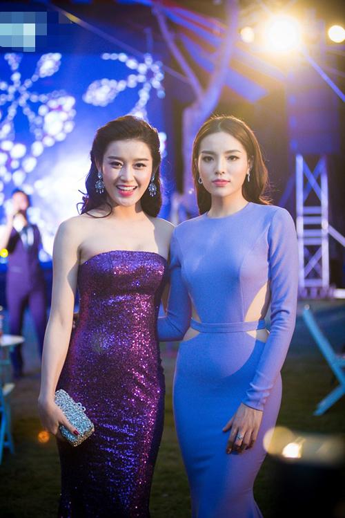 Hai người đẹp rất thân thiết mỗi lần gặp gỡ tại event.