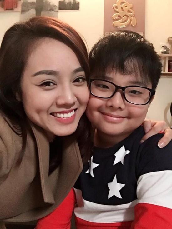 Bạn gái mới của Công Lý chụp ảnh cùng con trai Thảo Vân. Ảnh: FBNV.