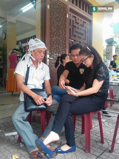 Tác giả Hoàng Song Việt (ngoài cùng bên trái), nghệ sĩ ưu tú Thoại Mỹ, Hữu Quốc đang bàn về chương trình ca cải lương nhớ nghệ sĩ Út Bạch Lan.