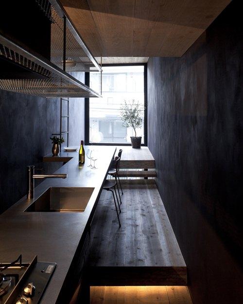 Bức tường và gỗ sàn nhà có màu tối vừa phải tạo nên cảm giác ấm cúng cho toàn ngôi nhà.