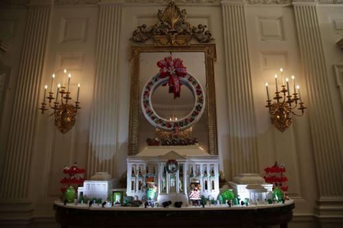 Mô hình Nhà Trắng được làm từ 68 kg bánh gừng ở bên trong, 45 kg bột mỳ bên ngoài, 9 kg bột kết dính cùng kem phủ và đường tạo hình. Truyền thống làm Nhà Trắng bằng bánh gừng có từ những năm 1970 và được đặt trong phòng Quốc yến từ thời chính quyền Nixon.