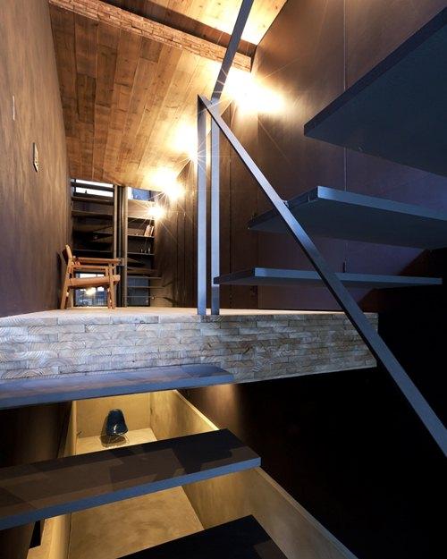 Ngôi nhà được chia thành nhiều tầng khác nhau và ánh sáng thông thoáng toàn căn nhà.