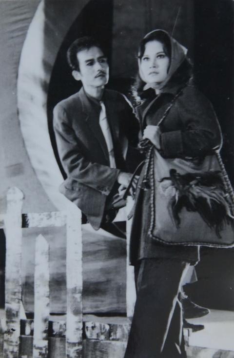 Phạm Bằng và nghệ sĩ Mỹ Dung trong vở Hoa anh túc (1977) - vở diễn nói về cuộc kháng chiến ở Bulgarian.