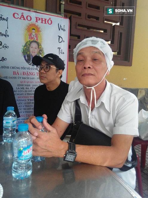 Tác giả Hoàng Song Việt, con nuôi nghệ sĩ Út Bạch Lan ngồi trò chuyện với Thành Lộc sau khi làm lễ cho bà.
