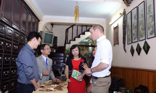 Hoàng tử Williams (áo trắng) trao đổi với thầy thuốc Đông y Việt Nam. Ảnh: Minh Sơn/Vietnam+