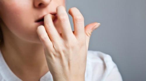 Cắn móng tay là hành động thể hiện sự căng thẳng. Ảnh: Maxcurehospitals.