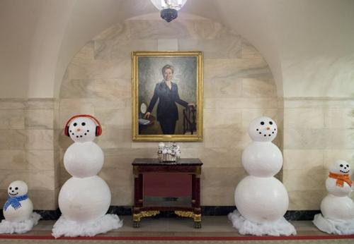 Gần bức chân dung cựu Ngoại trưởng Hillary Clinton cũng được đặt rất nhiều người tuyết.