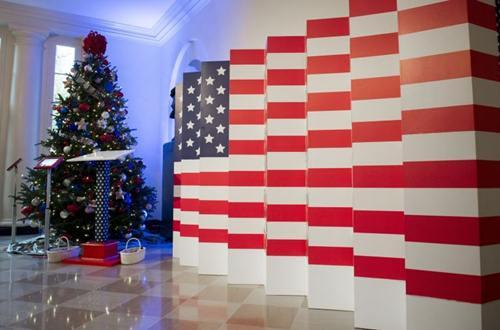 Lá cờ Mỹ được đặt một cây thông Noel.