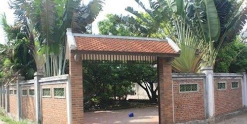 Cổng của ngôi nhà được xây bằng gạch ngói, tạo nên độ cổ kính.