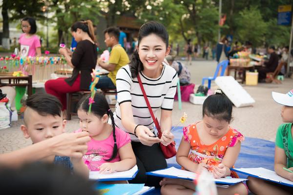 Á hậu Thanh Tú dẫn các em đi dạo quanh Bờ Hồ và tìm kiếm đề tài vẽ tranh.