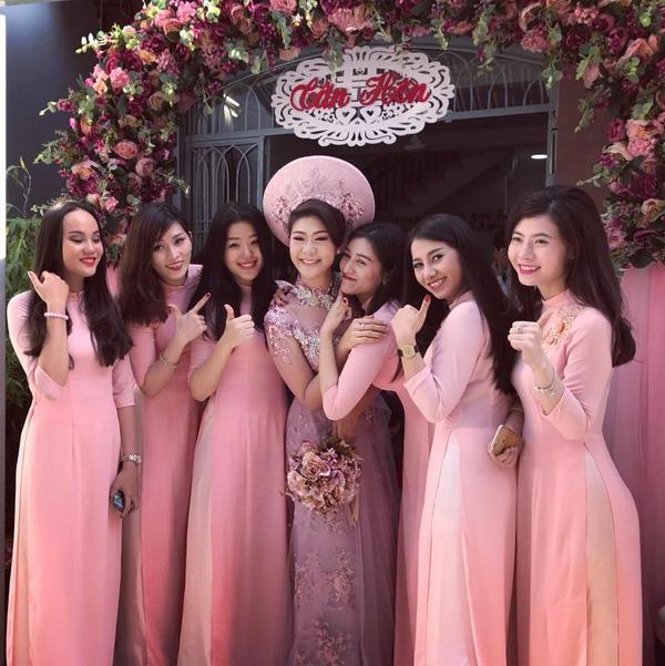 Huỳnh Lý Đông Phương duyên dáng trong tà áo dài màu hồng trong ngày vui trọng đại.