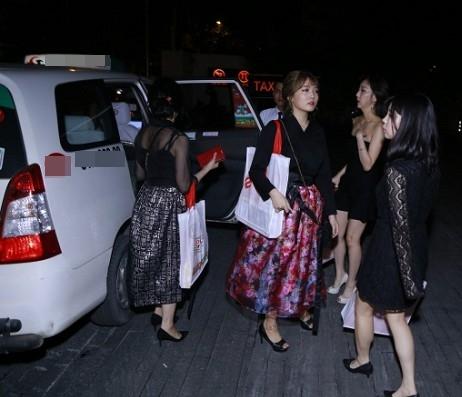 Rudya Yoo ra về sau đám cưới cùng những chị em khác.