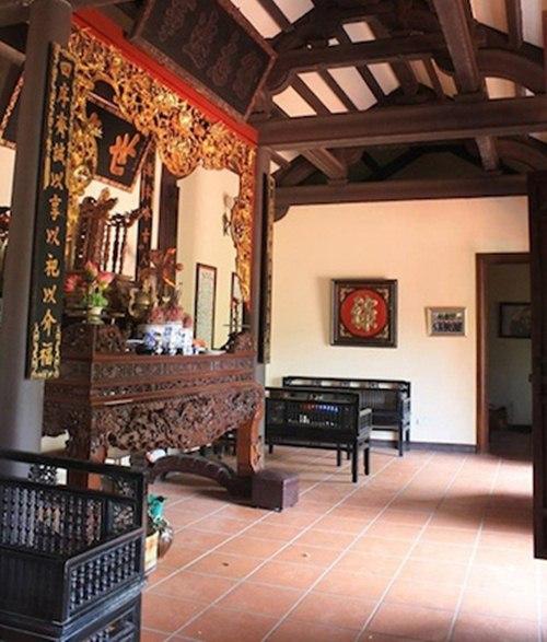 Cửa nhà và nhiều đồ nội thất được làm bằng gỗ quý.