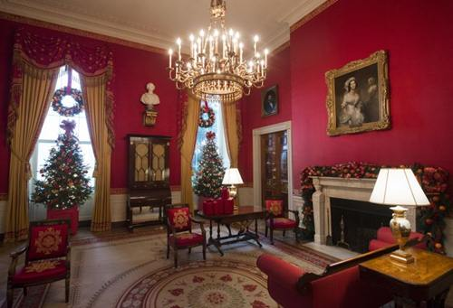 Một số cây thông nhỏ được đặt trang trí trong phòng làm việc của Tổng thống.