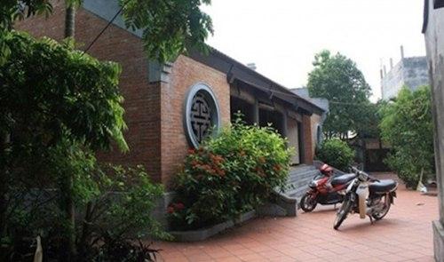 Xung quanh ngôi nhà cũng trồng rất nhiều cây xanh.