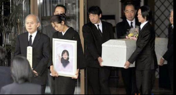 Đám tang của cô bé Mari Konno.