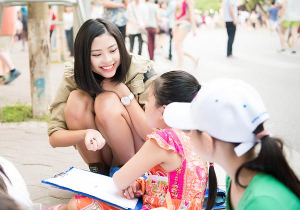Đào Hà, bản sao của Tăng Thanh Hà trò chuyện với từng bé.