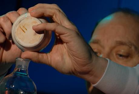 Chuyên gia pháp y đưa dung dịch Coca-Cola mà Michelle cung cấp vào máy sắc khí khí để phân tích thành phần rồi dùng phương pháp phối khổ để xác định từng chất. Kết quả cho thấy Cytotec tồn tại trong cốc nước Coca-Cola Maynard pha chế.