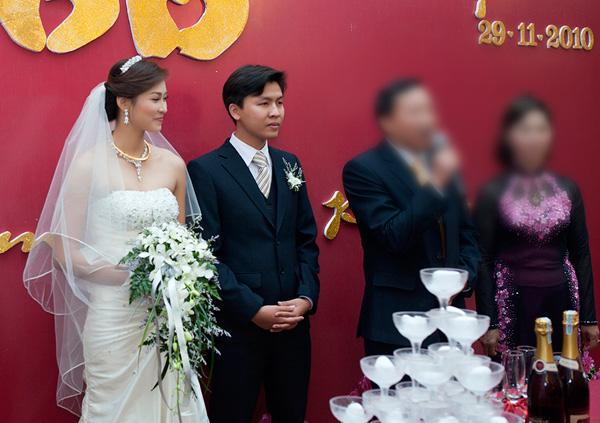Những hình ảnh đám cưới của Vương Thu Phương bị lộ trước thềm Chung kết Hoa hậu Việt Nam 2012.