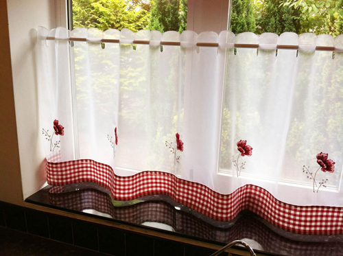 Vì nắng chiếu thường xuyên có thể tác động tới đồ đạc nên bạn lưu ý dùng rèm mỏng ở những nơi ít nội thất gỗ.