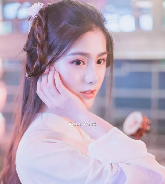 Thậm chí, nhiều người nhận xét khi trang điểm theo phong cách cổ trang, hot girl Trung Quốc có vẻ ngoài giống diễn viên nổi tiếng Trương Hinh Dư.