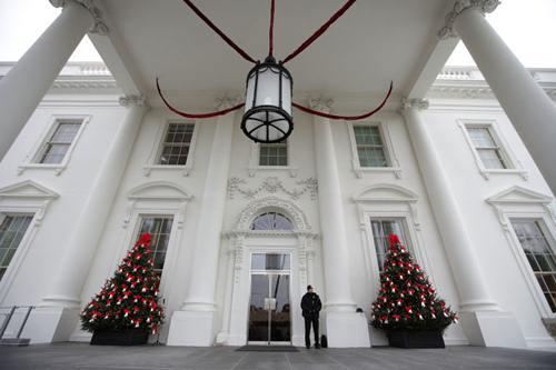 Phía bên ngoài nhà Trắng được trang trí khá đơn giản với hai cây thông to...