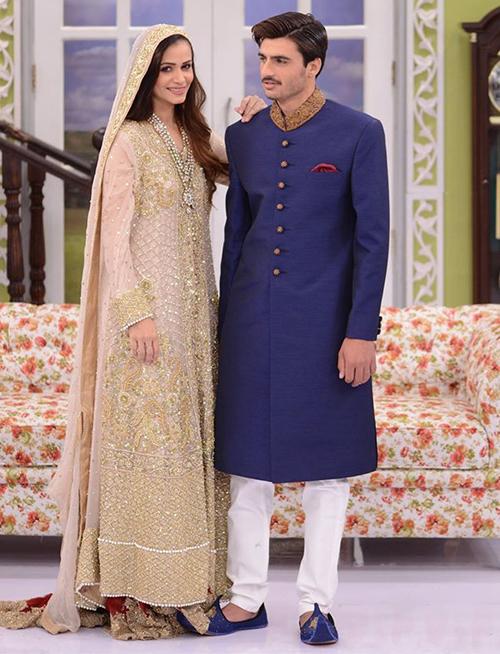 Ở phần tiếp theo của chương trình, anh tiếp tục diện một chiếc áo sherwani truyền thống được thiết kế với các chi tiết và màu sắc trẻ trung.