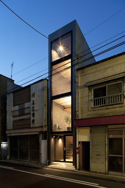 Căn nhà nằm trong một khu phố yên tĩnh, có chiều rộng 2,5m và chiều sâu 11m được thiết kể bởi kiến trúc sư người Nhật Bản YUUA. Toàn bộ mặt tiền của ngôi nhà sử dụng kính cường lực.