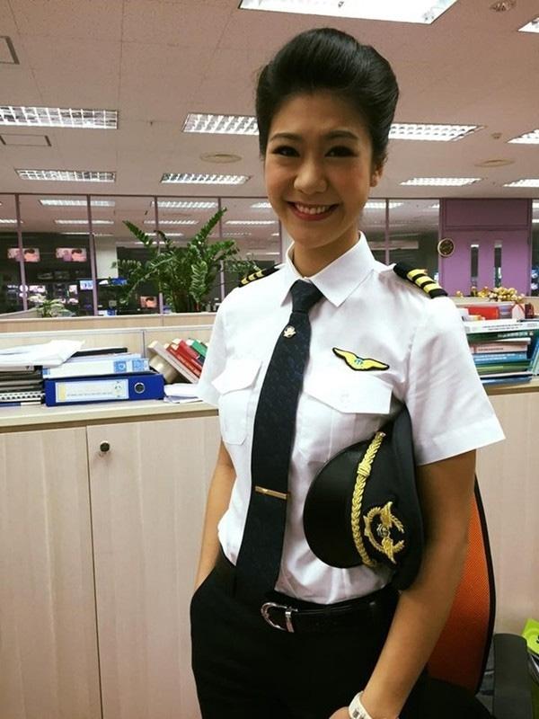 Nữ phi công trẻ tự tin với công việc làm chủ bầu trời.
