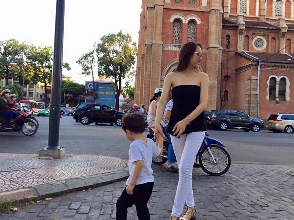 Thi thoảng, Diệp Hồng Đào khoe cậu bé trong những lần đi chơi cùng gia đình. Tuy nhiên, cô chưa bao giờ đăng ảnh cận mặt con trai đầu lòng.