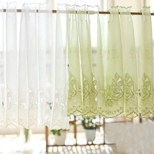 Các chủ nhà khéo tay cũng có thể tự mua vải làm những mẫu rèm đơn giản.