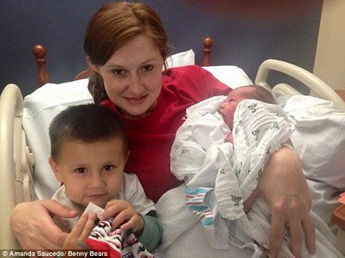 Amanda chụp cùng con trai lớn và Ben.