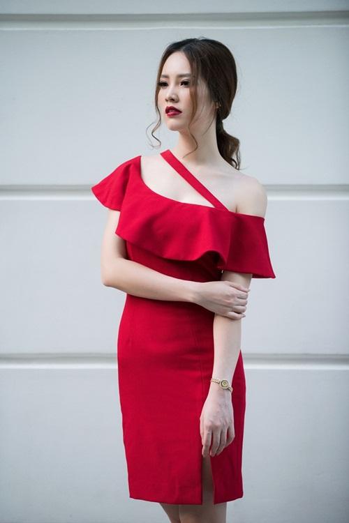 """Thụy Vân thường thích những sản phẩm đơn giản, màu sắc nhẹ nhàng, nữ tính. Cô cho biết: """"Càng đơn giản, càng tinh tế sẽ càng đẹp. Nếu cầu kỳ quá, chắc chắn mình sẽ bị sến súa""""."""