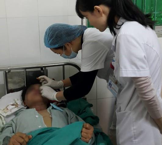 Kiểm tra mắt cho bệnh nhân bị lãnh đạn hoa cải.