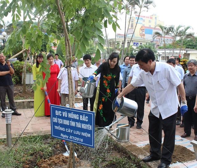 Bộ trưởng Nguyễn Thị Kim Tiến và ông Vũ Hồng Bắc - Chủ tịch UBND tỉnh Thái Nguyên trồng cây lưu niệm tại Bệnh viện Trung ương Thái Nguyên.