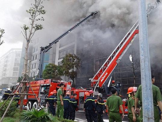 Phải mất nhiều giờ đồng hồ lực lượng chức năng mới đẩy lùi dám cháy ở 68 Trần Thái Tông. Ảnh: Nông Thuyết