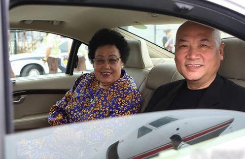 Bà Trần Lệ Hoa luôn thể hiện tình yêu với chồng dù là người phụ nữ sắt đá trên thương trường