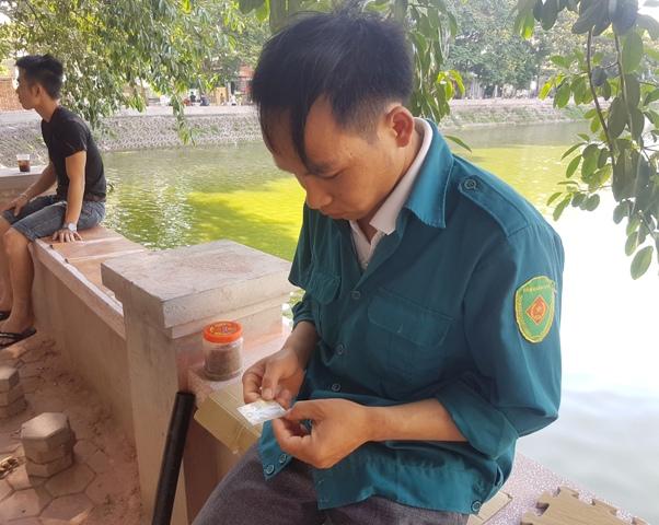Nhắc đến ngày Quốc tế Thiếu nhi, anh Lưu lại lấy ảnh cháu Tào Quang Linh trong ví ra ngắm cho đỡ nhớ. Ảnh: T.G