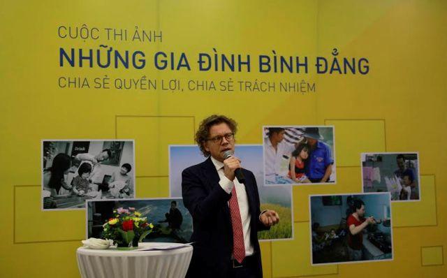 Đại sứ Thụy Điển Pereric Hogberg phát biểu tại buổi phát động cuộc thi ảnh. Ảnh: Phạm Đông