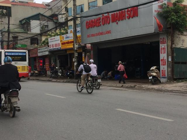 Cơ sở 2 gara Mạnh Sơn tại đường Láng bất ngờ thay đổi 2 biển hiệu bên hông thành gara ô tô Tiến Hải. Ảnh: T.G