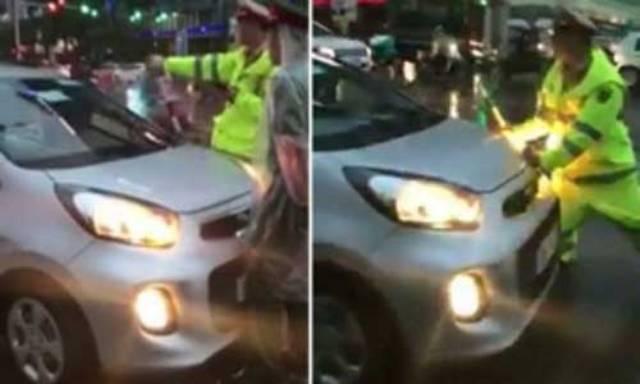 Chiến sĩ CSGT bị chiếc xe taxi lao thẳng vào người buộc phải né tránh. Ảnh cắt từ clip