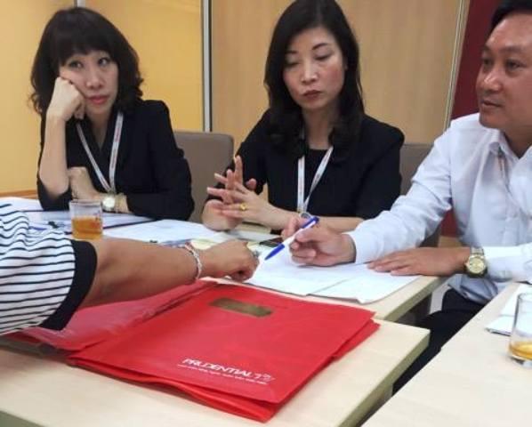 Đại diện Cty TNHH Bảo hiểm Nhân thọ Prudential Việt Nam làm việc với khách hàng Tạ Thị Hoa. Ảnh: T.G