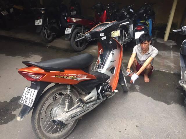 Đối tượng Trịnh Hùng Anh cùng tang vật bị bắt giữ. Ảnh: PV